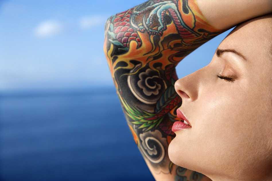 Mujer atractiva con tatuaje