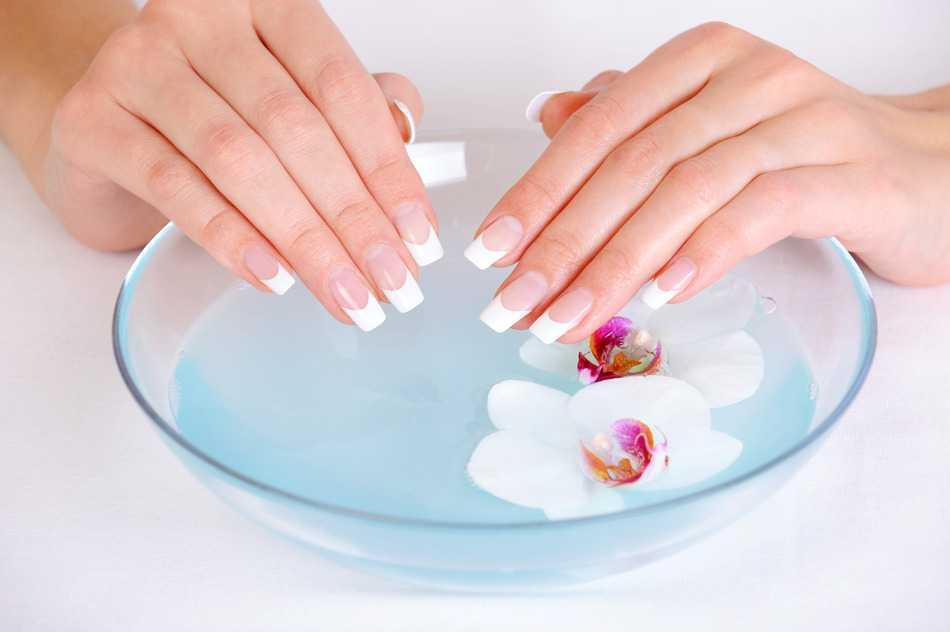 Mujer con uñas de gel