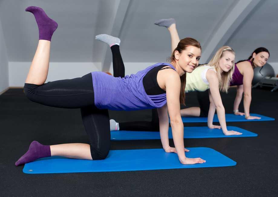 Mujeres realizando ejercicios para glúteos