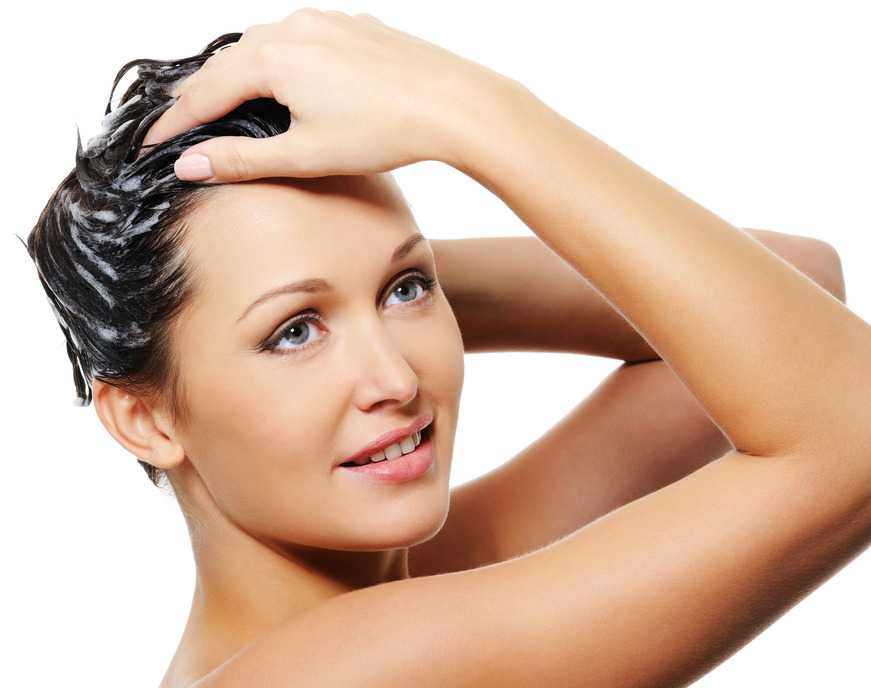 Mujer con mascarilla para el pelo