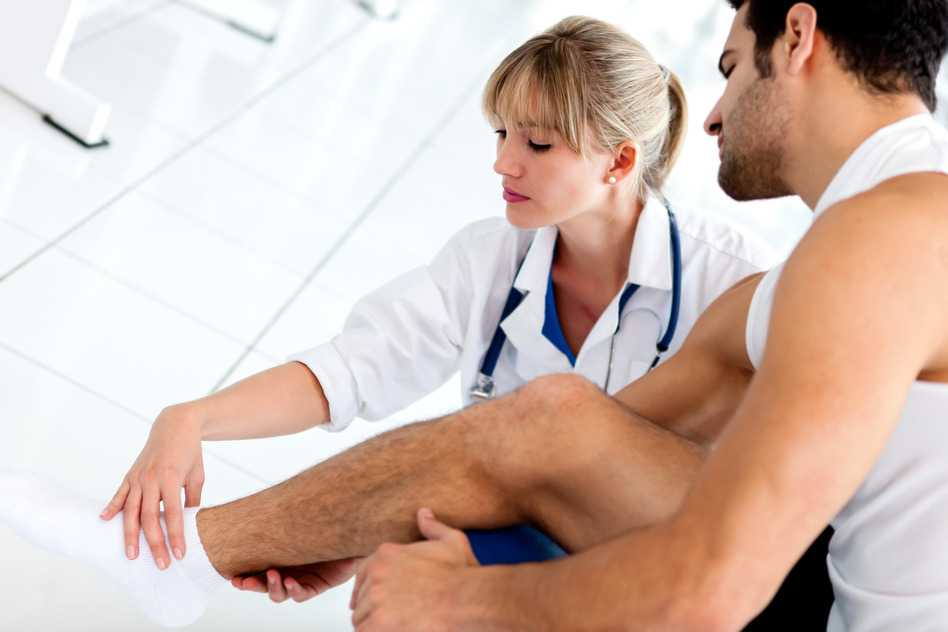 Doctora atendiendo desgarro muscular