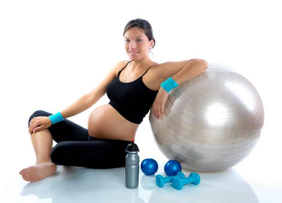Mujer embarazada haciendo ejercicios
