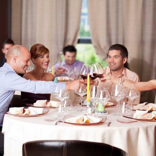 Comiendo en el evento social