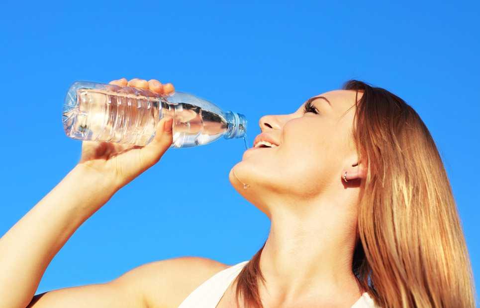 Mujer bebiendo agua