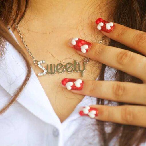 Mujer con uñas decoradas facilmente