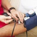 Medico controlando la presion arterial