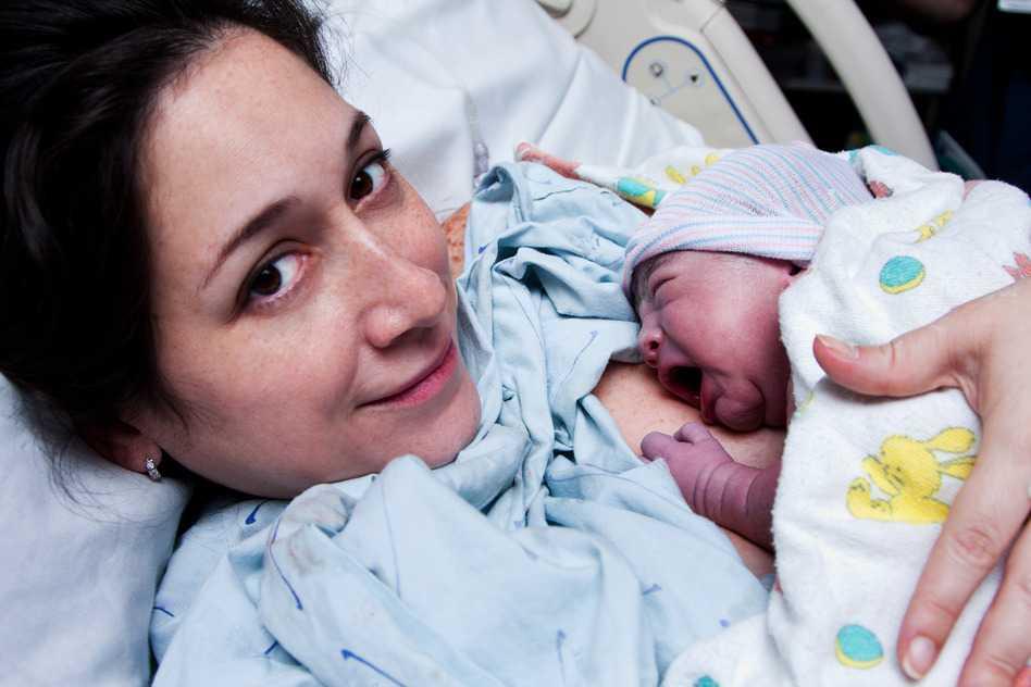 Mujer luego del parto con su bebe