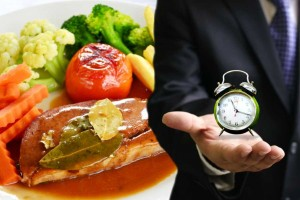 hombre-sosteniendo-un-reloj-comida