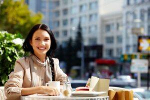 chica-desayunando-en-la-ciudad
