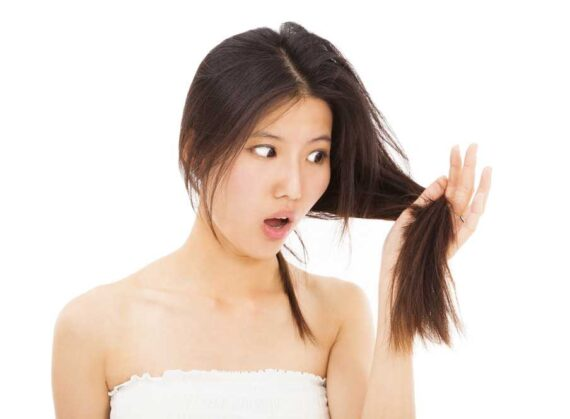 mujer-viendose-el-cabello