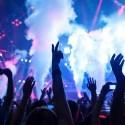 Personas bailando en concierto